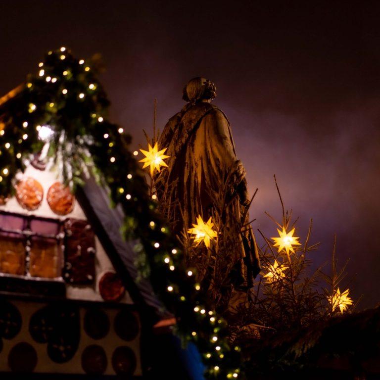 """""""Der Markgraf und der Weihnachtsmarkt an einem November-Abend. Ich habe das Bild gewählt, weil ich es schön finde, wie sehr sich der Erlanger Weihnachtsmarkt in den letzten Jahrzehnten gemausert hat und weil der im Hintergrund sichtbare Nebel dem Bild Atmosphäre verleiht."""""""